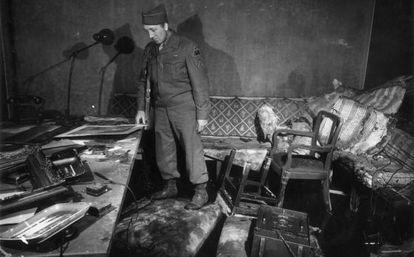 Un soldado examina el búnker destruido en el que se suicidó Hitler.