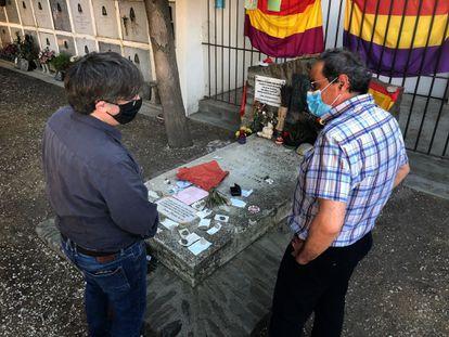 Quim Torra y Carles Puigdemont en Colliure (Francia) ante la tumba del poeta Antonio Machado el pasado sábado.
