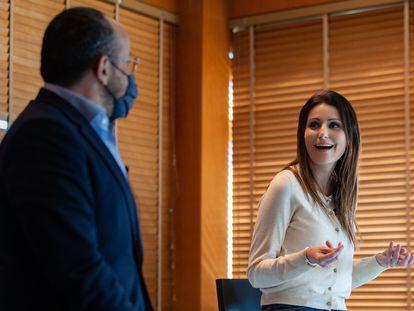 La exportavoz de Cs en el Parlament, Lorena Roldán, este miércoles, junto a Alejandro Fernández, líder del PP catalán.