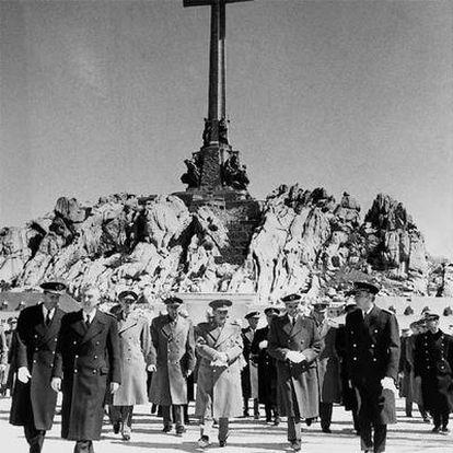 Francisco Franco, en el centro, el día de la inaguración del monumento y la basílica del Valle de los Caídos, el 1 de abril de 1959.