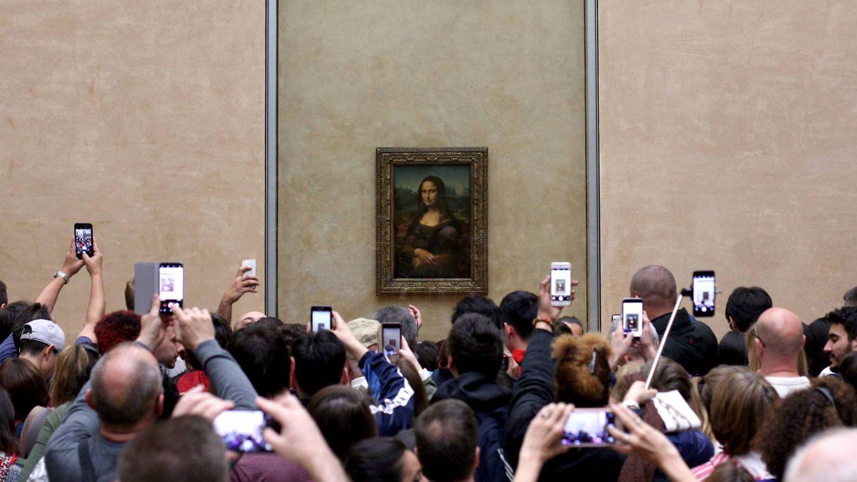 Visitantes del Museo de Louvre, en París, fotografían 'La Gioconda' con sus móviles.