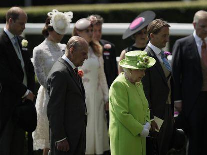 Isabel II de Inglaterra y el príncipe Felipe guardan un minuto de silencio por las víctimas de las recientes tragedias, junto a varios miembros de la familia real, durante la primera jornada de la tradicional competición hípica del Royal Ascot.