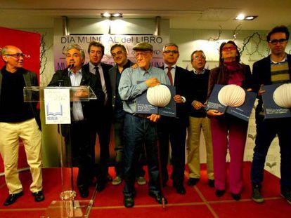 Foto de familia de organizadores y premiados en el acto de los libreros de Bizkaia.