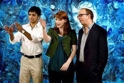 M. Night Shyamalan, a la izquierda, junto a la actriz Bryce Dallas Howard y Paul Giamatti, en la presentación de <i>La joven del agua</i> en Barcelona.