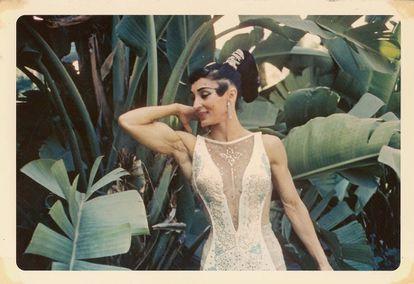 Miss Mara posando en un jardín en una foto antigua