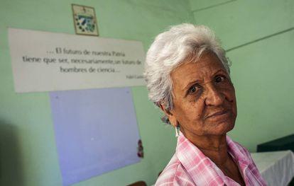 La maestra Georgina Arias, de 78 años, posa en un aula de la Casa del Pedagogo.