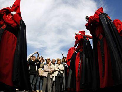 Procesión de la Soledad a su paso por la Puerta del Sol de Madrid.