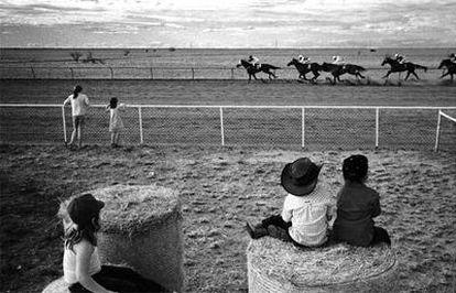 Otra de las imágenes premiadas, con unos niños mirando una carrera de caballos en Australia.