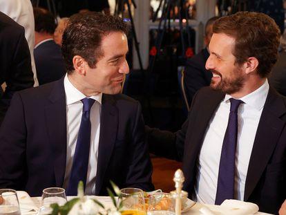 El presidente del Partido Popular, Pablo Casado (a la derecha), conversa con el secretario general del partido, Teodoro García Egea, en el desayuno informativo del Fórum Europa, este jueves, en Madrid.