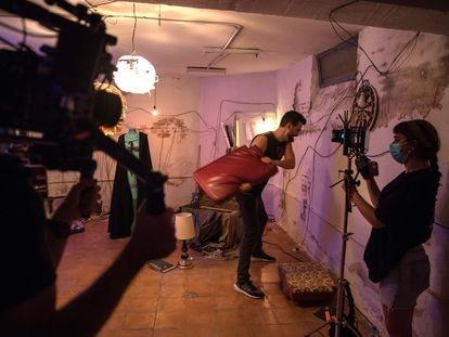 El actor Martín Spínola, que da vida al fantasma, durante el rodaje de la cinta del director Luis Navarrete, 'El fantasma de la sauna', una tragicomedia musical de deseo, amor y muerte, este jueves en Madrid.