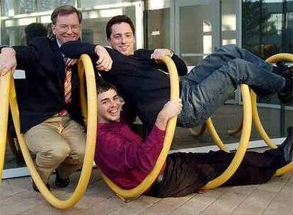 El consejero delegado de Google, Eric Schmidt (izquierda), y los cofundadores Sergey Brin y Larry Page.