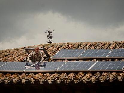 Rafael Cuesta se asoma a su tejado con placas solares en Castilfrío (Soria), el pasado jueves.