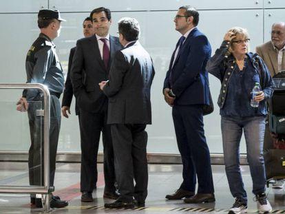 Enric Millo (de espaldas) habla con José Antonio Nieto, este miércoles en el Prat.