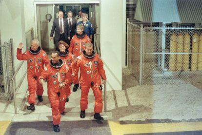 Bolden (el primero), antes de embarcar en la nave Discovery, en el marco de la misión que puso en órbita el telescopio Hubble en 1990.