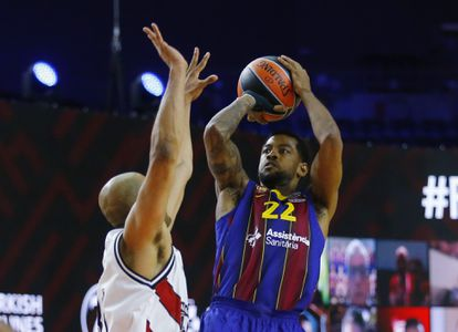 Higgins, at the time of launching the basket that decided the match between Barça and Milan.