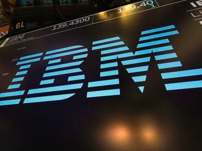 Logo de IBM sobre uno de los paneles de la Bolsa de Nueva York, en una imagen de archivo.