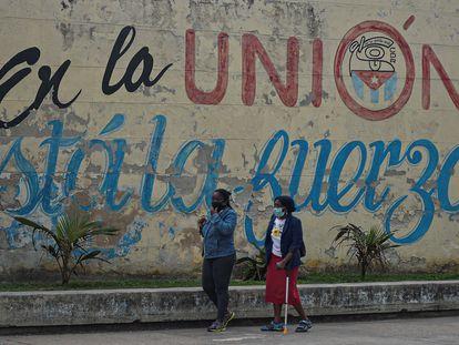Dos cubanas caminan por una calle de La Habana, el 12 de enero pasado.