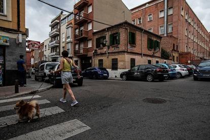 Esa casita de ladrillo que hace esquina es la última del primer barrio obrero de Madrid. Está en la calle Grandeza Española, 87, en Alto de Extremadura. ÁLVARO GARCÍA