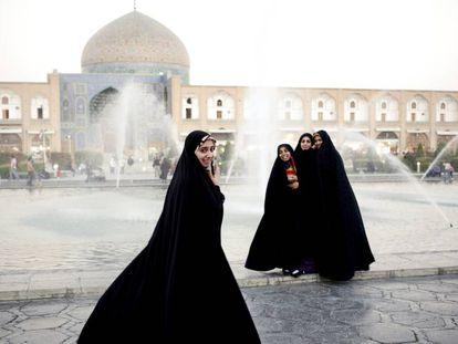 Mujeres iraníes ante la mezquita Masjed- e Sheikh Lotfollah, de Isfahán.