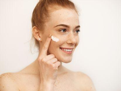 Usamos demasiadas cremas: estas son las únicas que realmente necesita nuestra piel