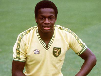 En 1990, el periódico 'The Sun' desvelaba la orientación sexual del londinense Justin Fashanu, jugador del Norwich City, camiseta con la que posa en esta foto.