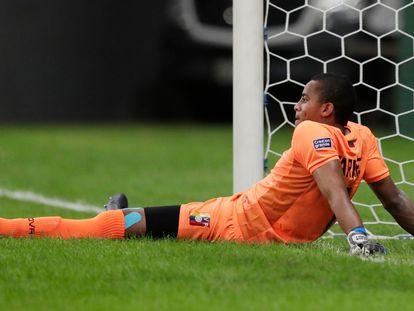 Wuilker Faríñez tras recibir el gol de André Carrillo de Perú, este domingo.
