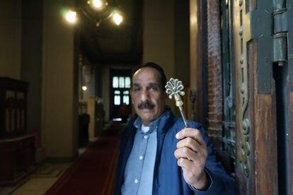 Raouf Fouad sostiene la llave de la Sinagoga de Sha'ar Hashamayim, o la Sinagoga de la calle Adly, en el centro de El Cairo, Egipto.