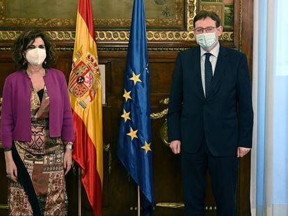 El presidente de la Generalitat valenciana, Ximo Puig, con la ministra de Hacienda, María Jesús Montero, este martes en el Ministerio de Hacienda.
