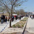 GRAF9076. MADRID, 07/04/2021.- Largas colas de personas esperando en el exterior del Hospital Enfermera Isabel Zendal para vacunarse frente a la Covid-19. EFE/ Zipi