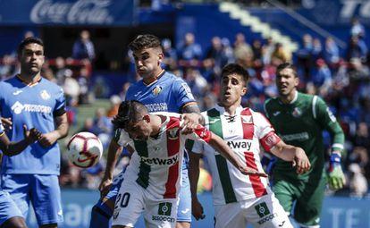 Santos pugna con Arambarri.