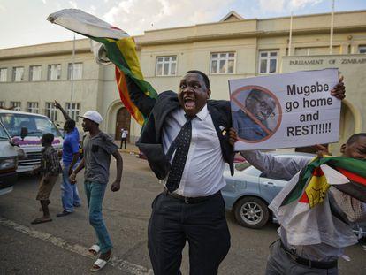 Los zimbabuenses celebran la renuncia de Robert Mugabe a las puertas  Parlamento, en el centro de Harare.