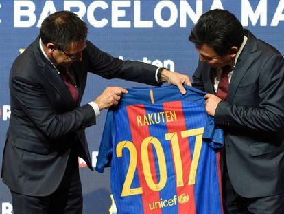 El presidente del Barça, Bartomeu, junto a su homólogo de Rakuten, Mikitani.