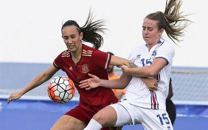Virginia Torrecilla lucha por un balón con Jensen, de Islandia.