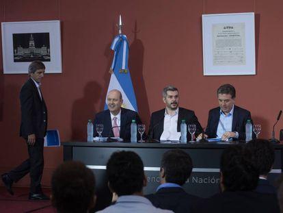 El jefe de ministros, Marcos Peña (centro); el ministro de Hacienda, Nicolás Dujovne (der.); el presidente del Banco Central, Federico Sturzenegger; y el ministro Finanzas, Luis Caputo (de pie) durante la rueda de prensa en Buenos Aires.