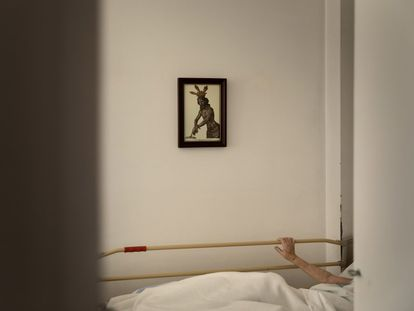 26 de abril de 2020. Una anciana permanece confinada a causa de la pandemia en su habitación de una residencia de Badalona, en Barcelona.