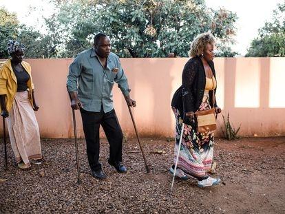 Celeste José, Manuel Joâo y Sofía Elface Fumo en Massaca, Mozambique, en junio de 2021. Los tres sobrevivieron a las minas antipersona sembradas durante la guerra civil de Mozambique, pero sufrieron la amputación de sus piernas.