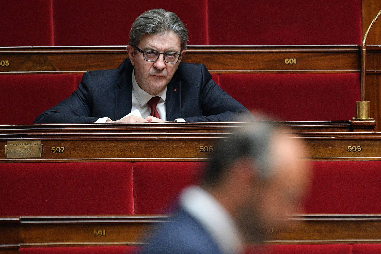 El líder de Francia Insumisa, Jean-Luc Mélenchon, escucha al primer ministro, Édouard Philippe, durante su presentación del plan de desescalada la semana pasada