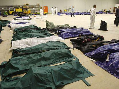 El aeropuerto de Lampedusa convertido en una morgue.