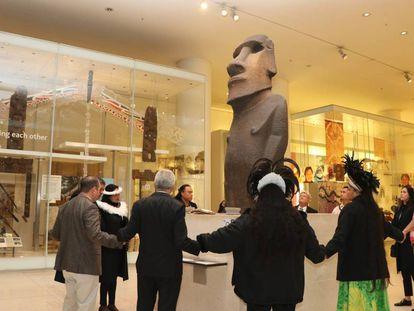 La comitiva chilena abraza el moái exhibido en el Museo Británico de Londres.
