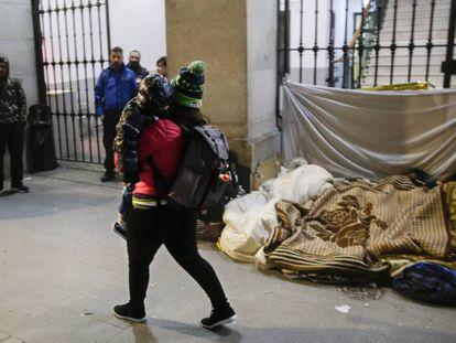 Personas acampadas frente al Samur Social de la Latina en Madrid el pasado 19 de noviembre.