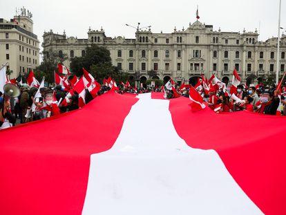 Manifestantes sacan la bandera nacional en contra del presidente Pedro Castillo en Lima, Perú, el pasado domingo.