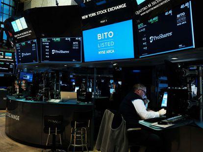 Una pantalla anuncia el estreno del primer fondo cotizado en bitcoins, este martes, en Nueva York.