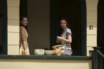 Zoe Kazan y Winona Ryder, en 'La conjura contra América'.