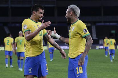 Paquetá celebra su gol ante Perú junto a Neymar.