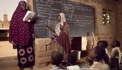 Una profesora imparte clases a sus alumnos en la aldea de Guéchémé, en Níger, en noviembre de 2015.