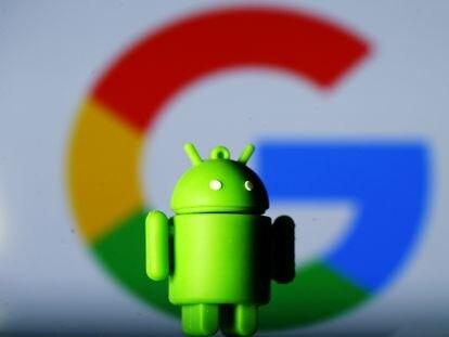 Un muñeco de Android, el sistema operativo para móviles de Google, delante del logo de la compañía.