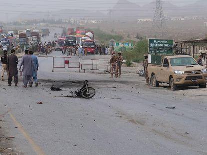 Las fuerzas de seguridad de Pakistán inspeccionan este domingo la zona donde ha tenido lugar el ataque suicida en Quetta.