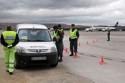 Guardias civiles paran a una furgoneta en la zona del aeropuerto.