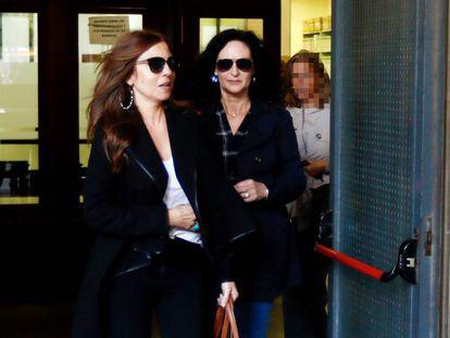 La mujer y la cuñada del dueño de Magrudis a su salida de los juzgados de Sevilla.