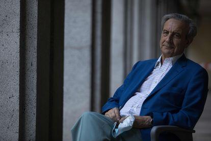El doctor Antonio Burgueño, ex director general de hospitales de la región, en junio durante una entrevista cerca del Retiro, en Madrid/ VÍCTOR SAINZ